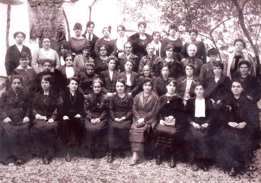 Durante la guerra le donne assunsero un ruolo importante nel mondo del lavoro fiorentino. Numerose donne diventarono socie dell'Affratellamento. Si ringrazia il sig. Umberto Tommasini per averci fornito la foto 1918_'20(?) della sezione femminile del Circolo con il loro vessillo.