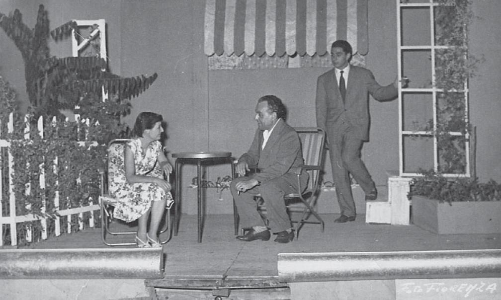 """""""Eran tutti miei fi gli"""" di Arthur Miller, regista Ghigo Pratesi, con Giulietta De Vita e a destra il giovane Renzo Montagnani."""